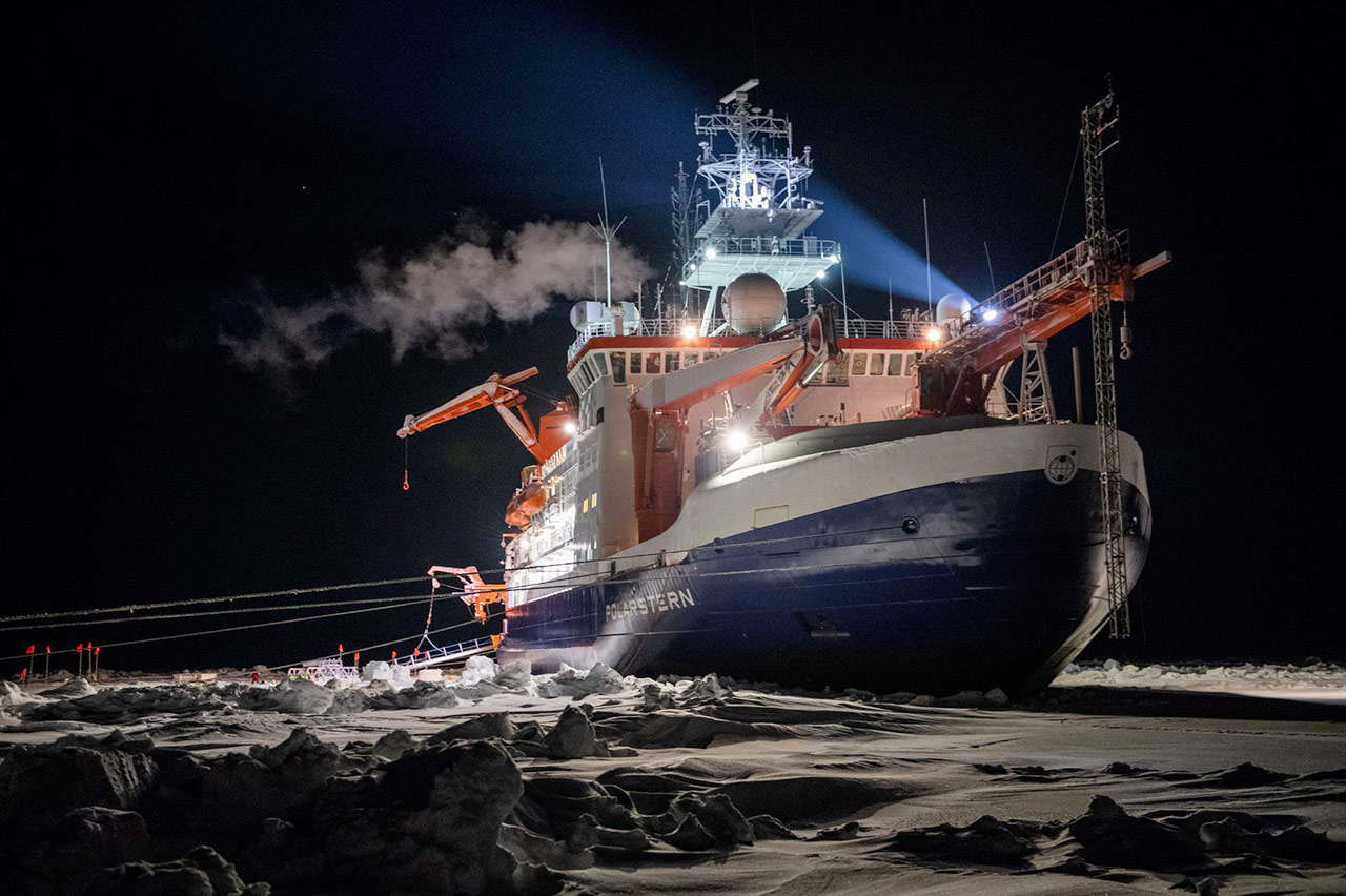 dc001c_3_1_heise_arctic-ship_esther-horvath