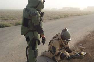 Iraqi bomb disposal experts train in defusing improvised explosive devices