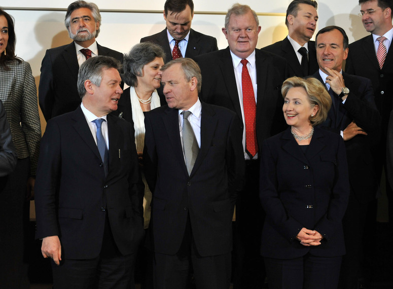 Front left to right: Karel DE GUCHT (Minister of Foreign Affairs, Belgium), NATO Secretary General, Jaap DE HOOP SCHEFFER and Hillary CLINTON (US Secretary of State)