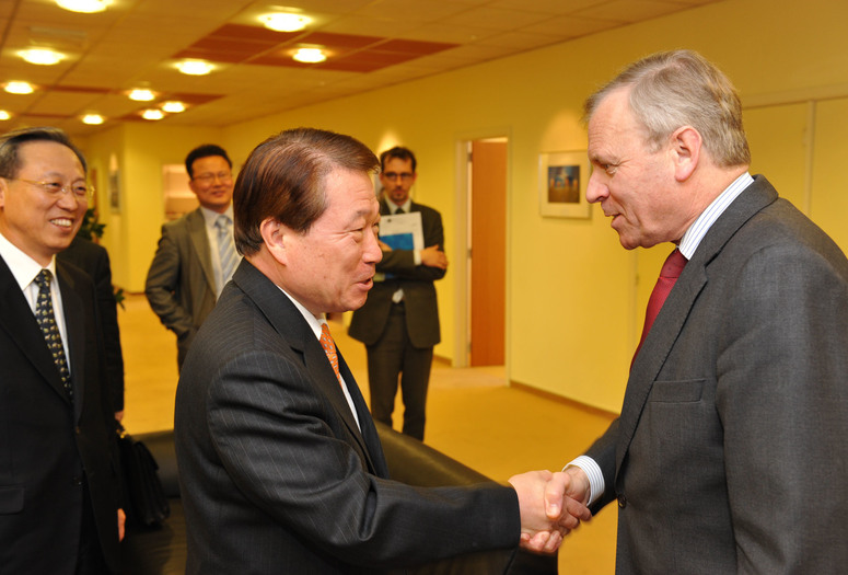 NATO Secretary General Jaap de Hoop Scheffer welcomes the Minister of Foreign Affairs of South Korea, Mr.  Yu Myung-hwan