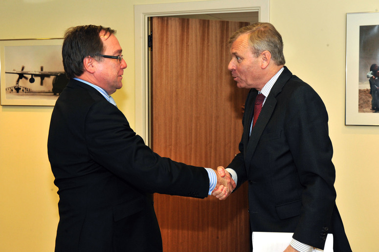 Left to right: Murray McCully (Minister of Foreign Affairs of New Zealand) shaking hands with NATO Secretary General, Jaap de Hoop Scheffer