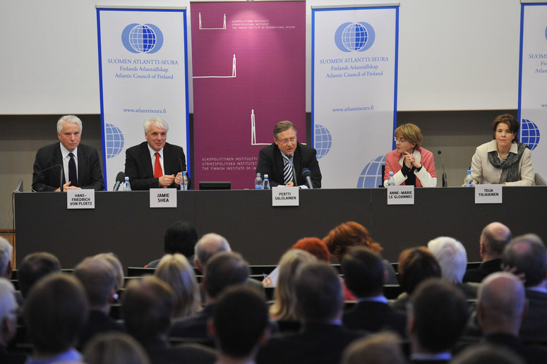 From left to right: Hans-Friedrich von Ploetz, member of the Group of Experts; Jamie Shea, Director of Policy Planning in the Private Office of the NATO Secretary General; Pertti Salolainen, Member of Parliament of Finland; Anne-Marie Le Gloannec, Research Director, Scienses Po, Paris and Teija Tiilikainen, Director at the Finnisch Institute of International Affairs.