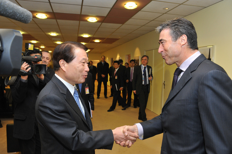 From left to right: Yu Myung-hwan, Minister of Foreign Affairs and Trade of the Republic of Korea shaking hands with NATO Secretary General Anders Fogh Rasmussen.
