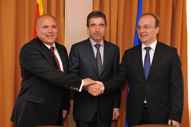 From left to right: the Minister of Defence, Zoran Konjanovski; NATO Secretary General Anders Fogh Rasmussen and the Minister of Foreign Affairs, Antonio Milososki.