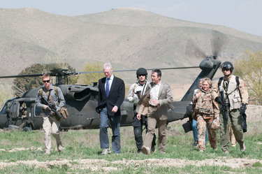 /nato_static_fl2014/assets/pictures/2012_04_120412a-visit-sg-afghanistan/20120412_120412a-001_rdax_375x249.jpg