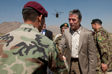 /nato_static_fl2014/assets/pictures/2012_04_120412a-visit-sg-afghanistan/20120412_120412a-004_rdax_375x250.jpg