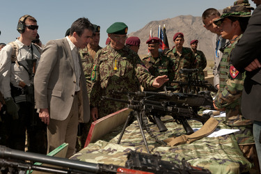 /nato_static_fl2014/assets/pictures/2012_04_120412a-visit-sg-afghanistan/20120412_120412a-008_rdax_375x250.jpg