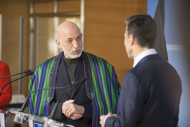 /nato_static_fl2014/assets/pictures/2013_04_130423m-visit-karzai/20130423_130423m-010_rdax_375x250.jpg
