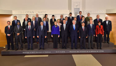 Family photo of NATO Defence Ministers