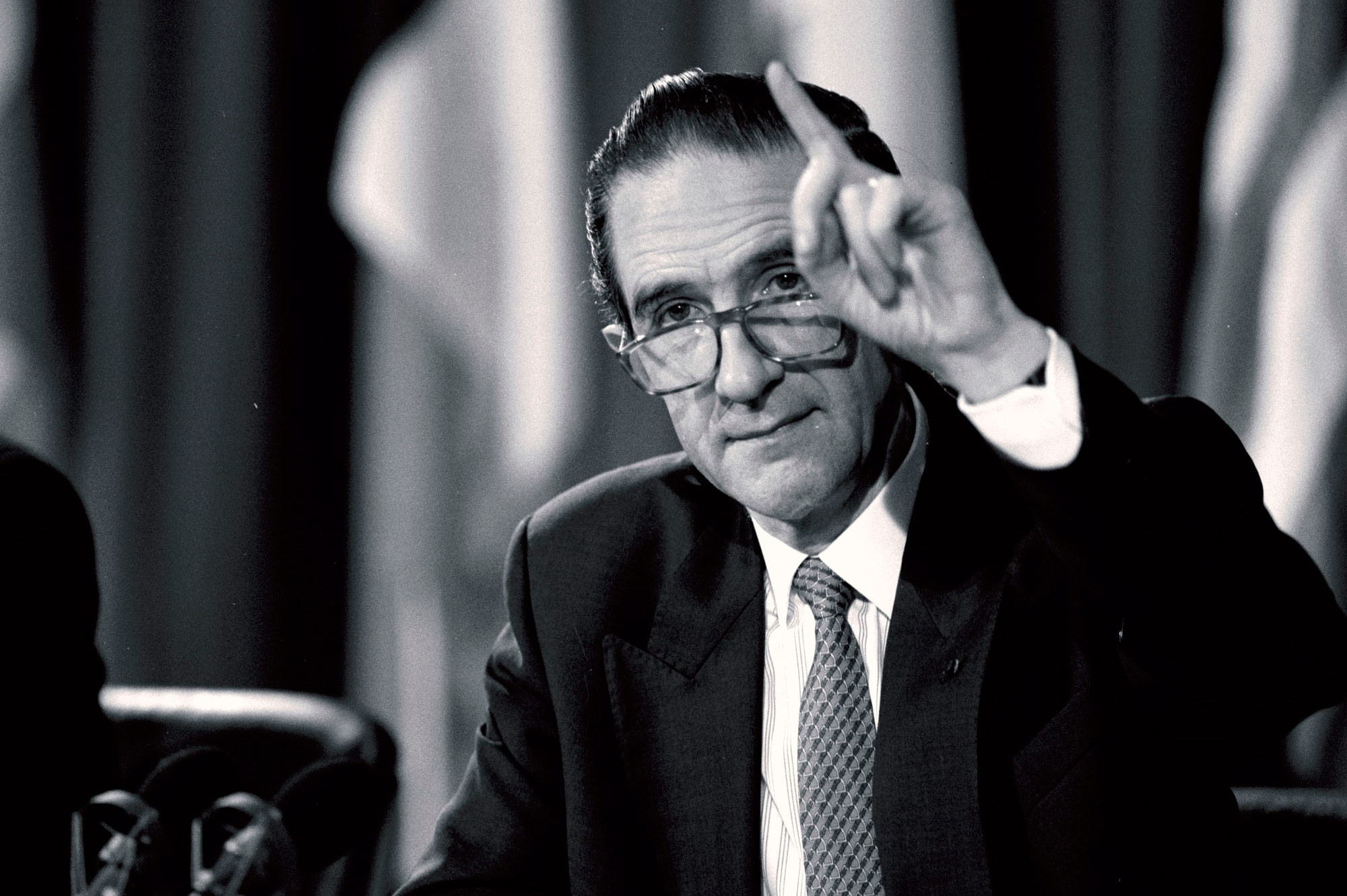 Willy Claes announcing his resignation at a meeting of the North Atlantic Council on 20 October 1995.
